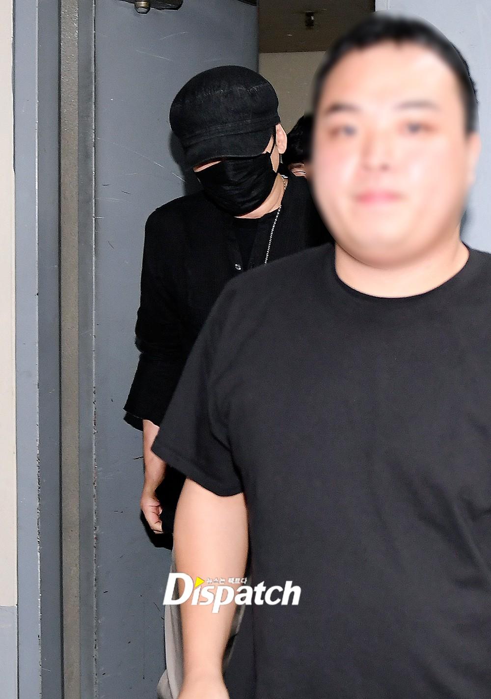 NÓNG: Cựu chủ tịch YG lần đầu trình diện cảnh sát vào nửa đêm, đeo khẩu trang trốn truyền thông bằng lối ra hầm đỗ xe - Ảnh 2.