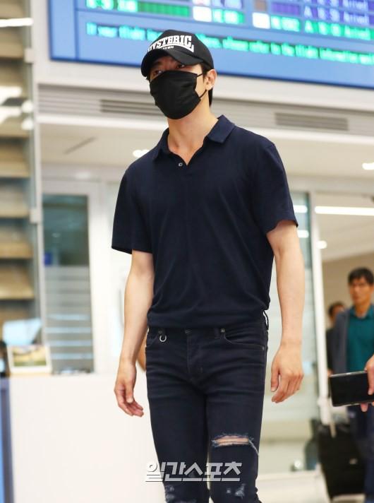 Dàn sao Hàn đổ bộ sân bay sau sự kiện ở Paris: Lisa đẳng cấp khoe eo siêu nhỏ, Lee Min Ho gây choáng với mặt mộc - Ảnh 12.