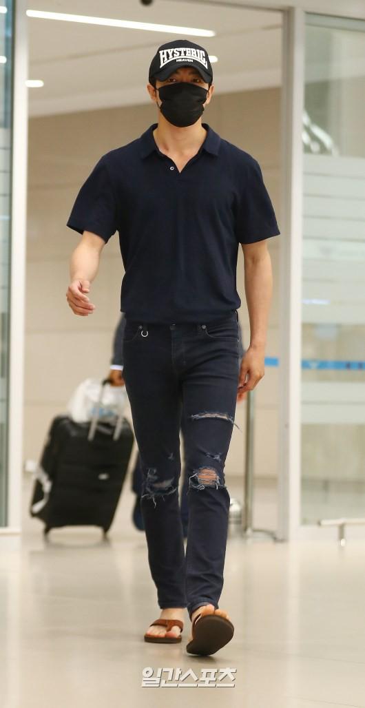 Dàn sao Hàn đổ bộ sân bay sau sự kiện ở Paris: Lisa đẳng cấp khoe eo siêu nhỏ, Lee Min Ho gây choáng với mặt mộc - Ảnh 11.