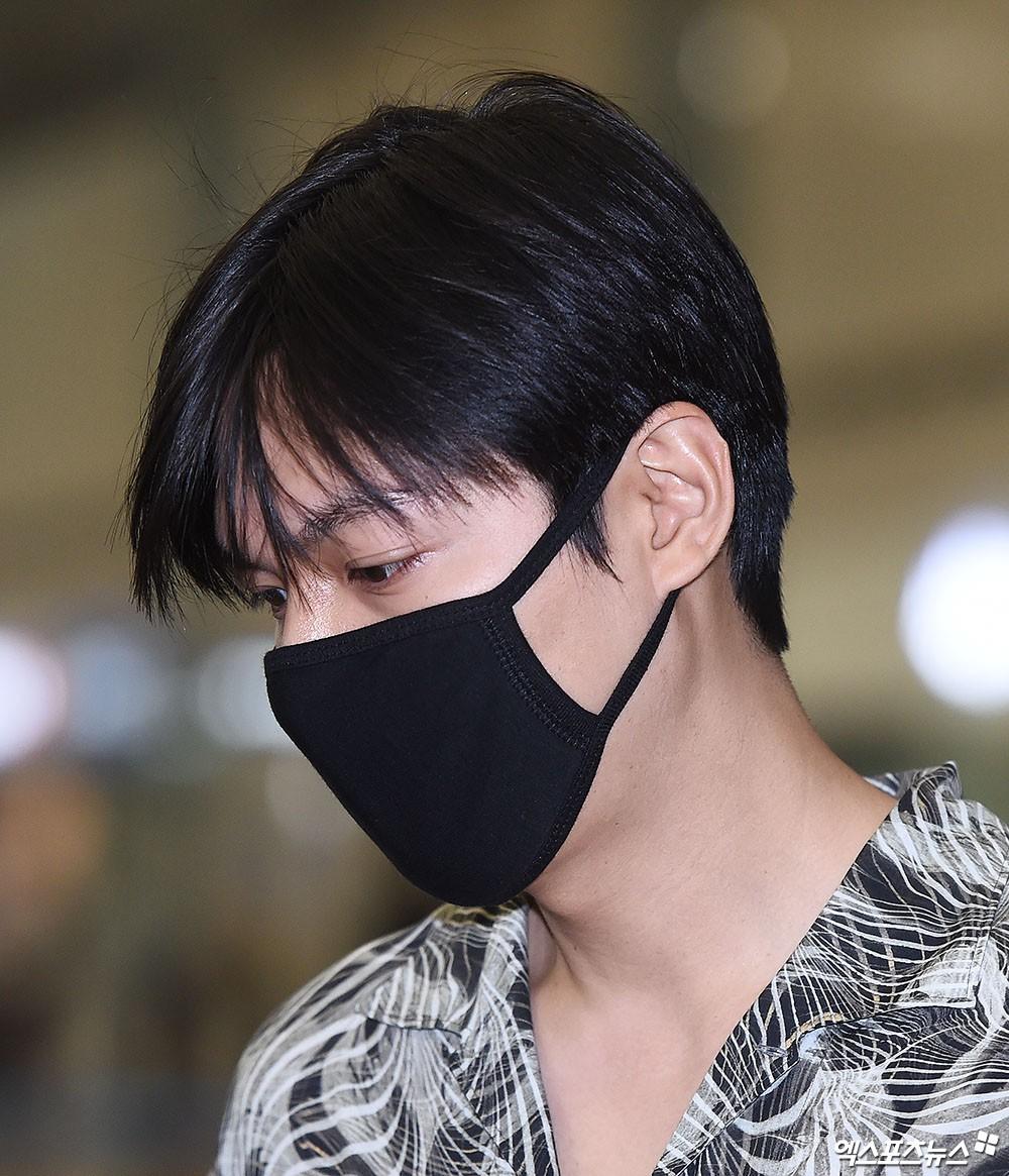 Dàn sao Hàn đổ bộ sân bay sau sự kiện ở Paris: Lisa đẳng cấp khoe eo siêu nhỏ, Lee Min Ho gây choáng với mặt mộc - Ảnh 10.