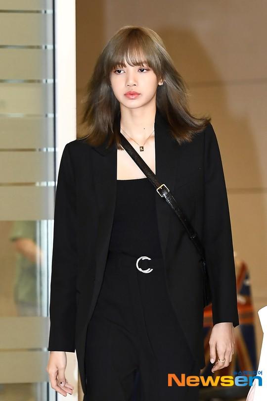 Dàn sao Hàn đổ bộ sân bay sau sự kiện ở Paris: Lisa đẳng cấp khoe eo siêu nhỏ, Lee Min Ho gây choáng với mặt mộc - Ảnh 4.