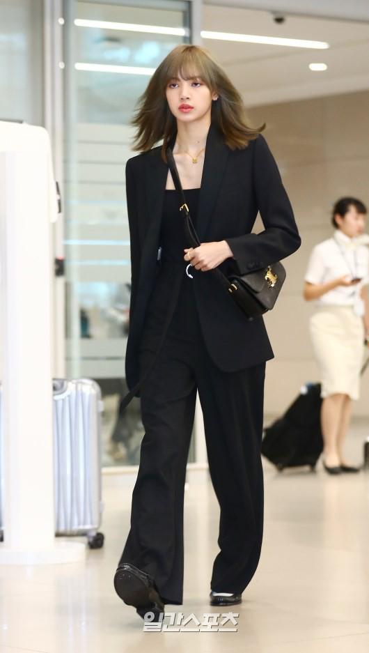 Dàn sao Hàn đổ bộ sân bay sau sự kiện ở Paris: Lisa đẳng cấp khoe eo siêu nhỏ, Lee Min Ho gây choáng với mặt mộc - Ảnh 1.