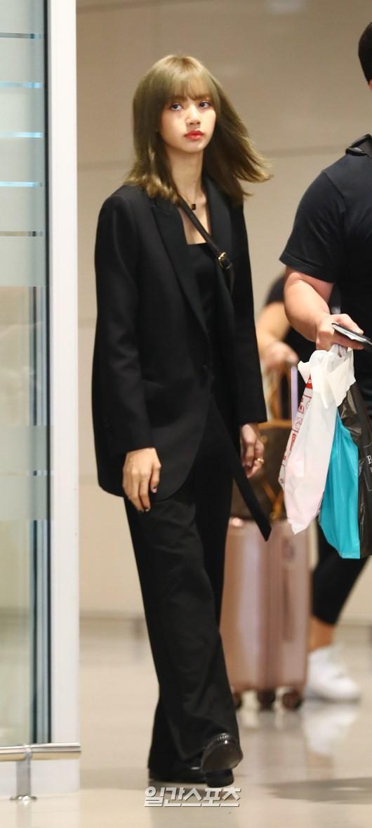 Dàn sao Hàn đổ bộ sân bay sau sự kiện ở Paris: Lisa đẳng cấp khoe eo siêu nhỏ, Lee Min Ho gây choáng với mặt mộc - Ảnh 2.