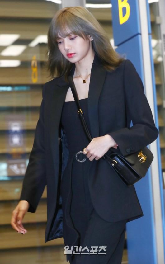 Dàn sao Hàn đổ bộ sân bay sau sự kiện ở Paris: Lisa đẳng cấp khoe eo siêu nhỏ, Lee Min Ho gây choáng với mặt mộc - Ảnh 3.