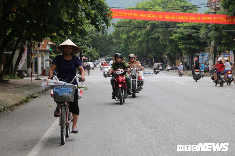 Ảnh: Cảnh sát Hà Giang dùng xe chuyên dụng hú còi hộ tống thí sinh ngủ muộn đến điểm thi - Ảnh 1.
