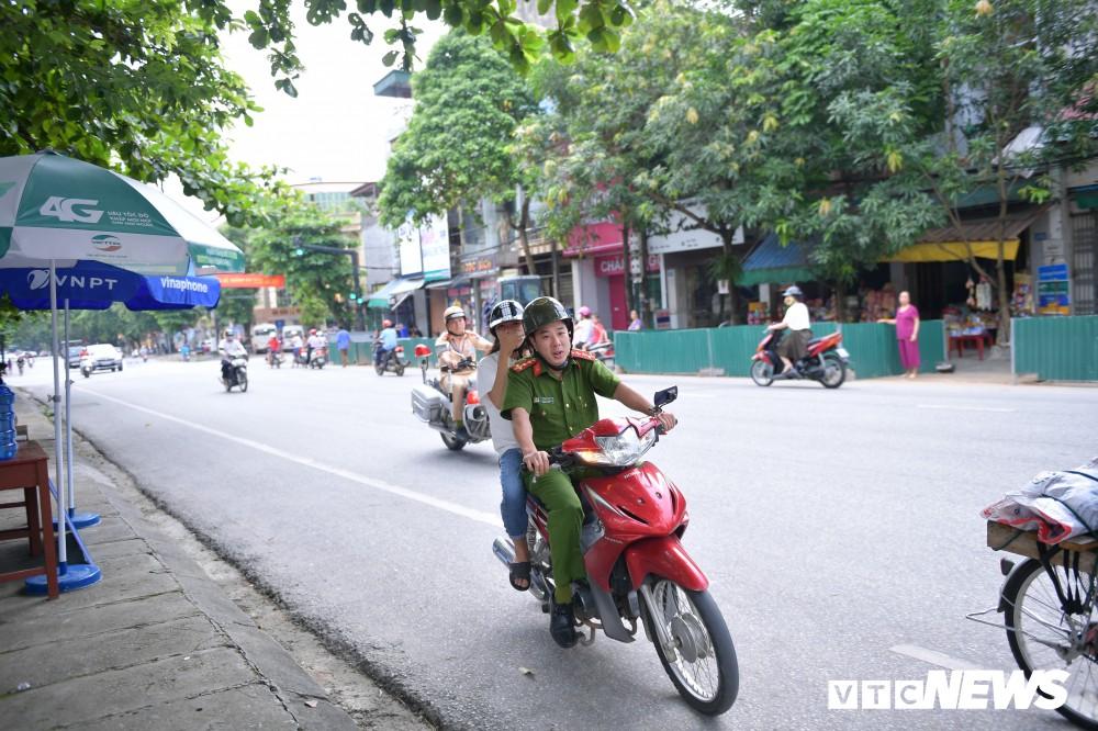 Đại úy công an hộ tống nữ sinh Hà Giang kịp giờ thi: Lúc tôi đến nhà, thí sinh còn đang ngủ - Ảnh 2.