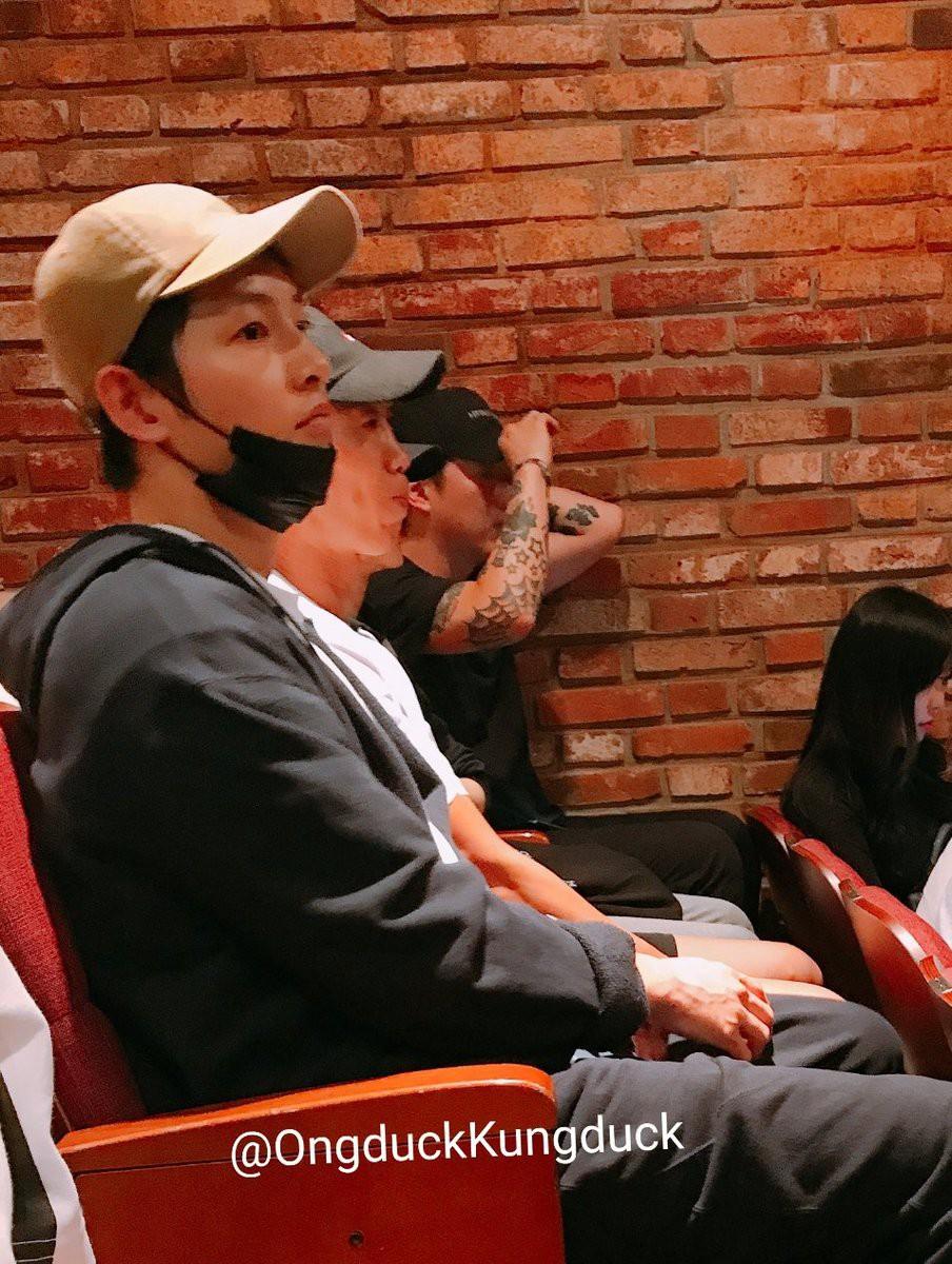 Biểu cảm đối lập bất ngờ của Song Joong Ki và Song Hye Kyo trước khi đệ đơn ly hôn: Có gì đó sai sai? - Ảnh 1.