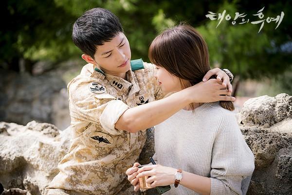"""Từng sống chết có nhau trong """"Hậu Duệ Mặt Trời"""", nay Song Hye Kyo - Song Joong Ki đã thành """"người dưng ngược lối"""" - Ảnh 2."""