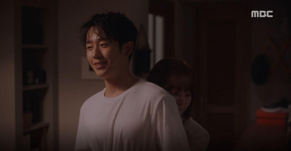 Han Ji Min đánh dấu chủ quyền lên crush Jung Hae In bằng cảnh giường chiếu trong Đêm Xuân tập 12 - Ảnh 1.