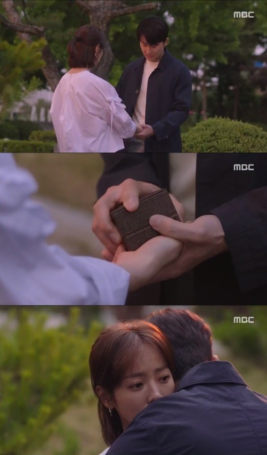 Han Ji Min đánh dấu chủ quyền lên crush Jung Hae In bằng cảnh giường chiếu trong Đêm Xuân tập 12 - Ảnh 3.