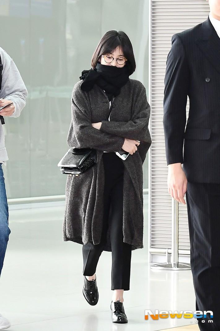 Trước khi ly hôn, Song Hye Kyo từng có phong cách sân bay xuề xòa đến đơn điệu - Ảnh 4.