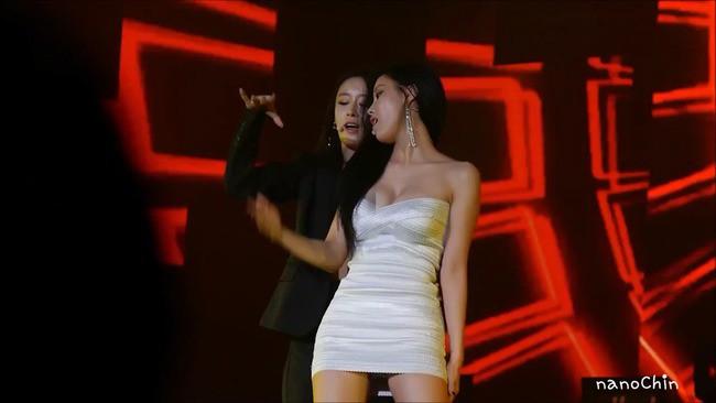 Sao Hàn gặp sự cố khi diện áo sexy: có người suýt lộ hết vòng 1 nhưng cách xử lý mới đáng nói - Ảnh 8.