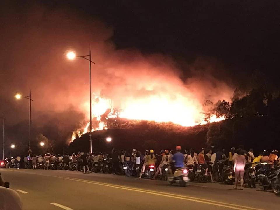 Cháy rừng kinh hoàng ở Hà Tĩnh đe doạ nhiều nhà dân, hàng trăm người nỗ lực dập lửa gần 10 tiếng đồng hồ - Ảnh 1.