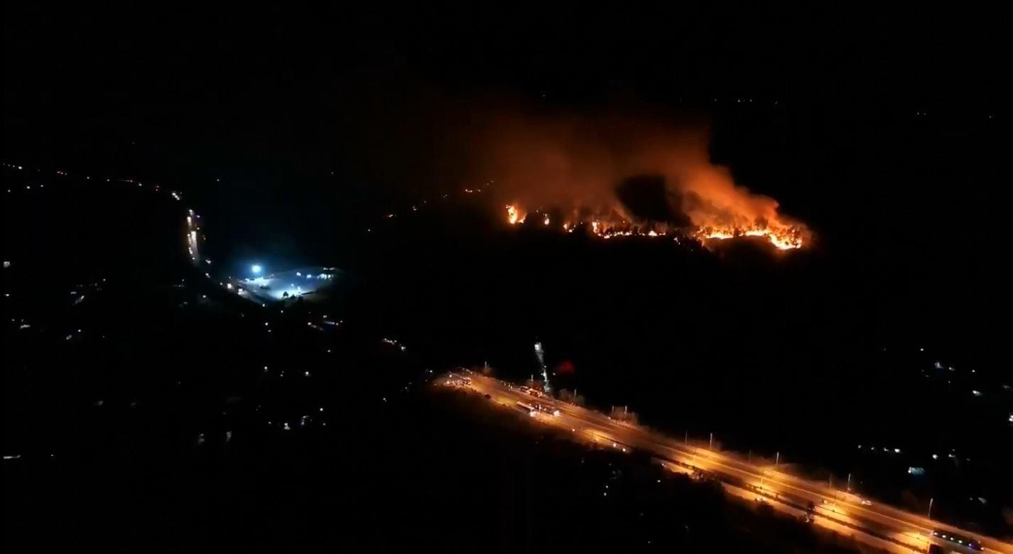 Cháy rừng kinh hoàng ở Hà Tĩnh đe doạ nhiều nhà dân, hàng trăm người nỗ lực dập lửa gần 10 tiếng đồng hồ - Ảnh 4.