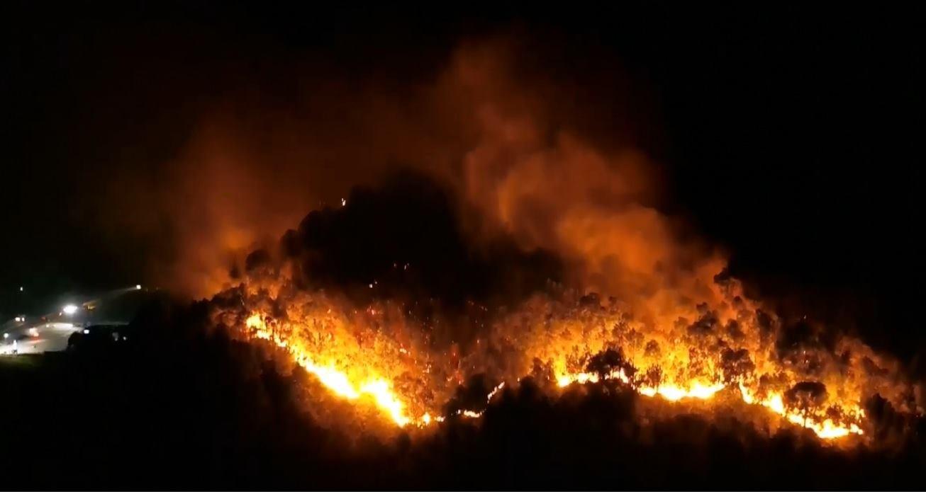 Cháy rừng kinh hoàng ở Hà Tĩnh đe doạ nhiều nhà dân, hàng trăm người nỗ lực dập lửa gần 10 tiếng đồng hồ - Ảnh 3.