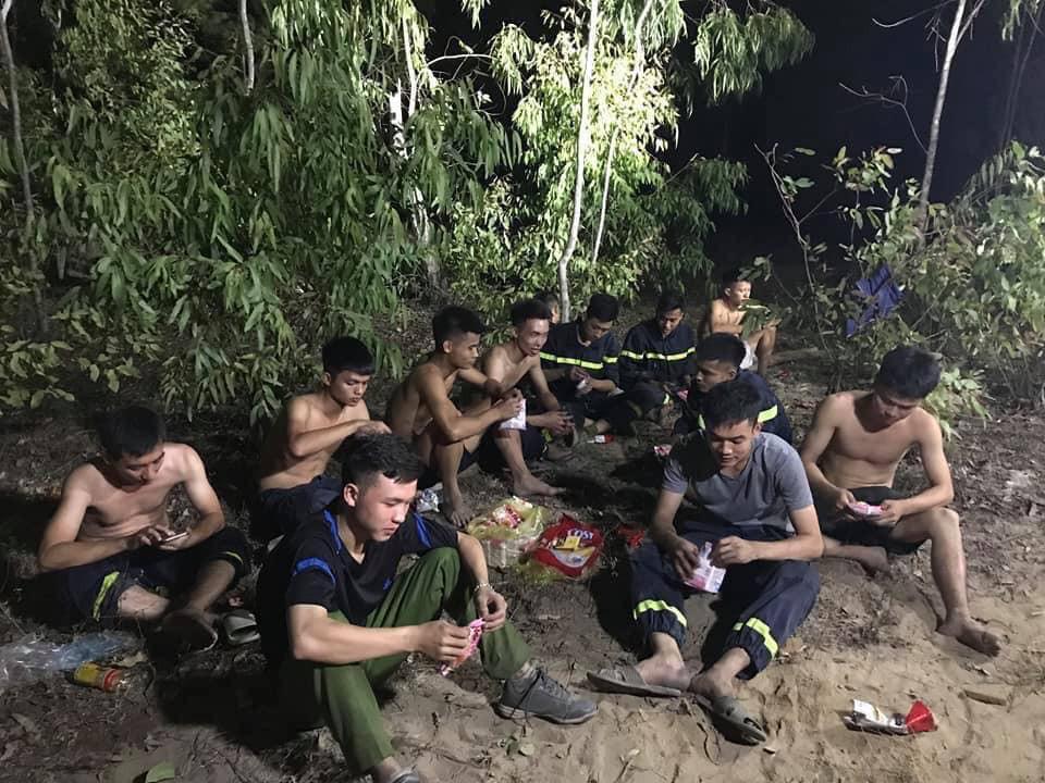 Xúc động hình ảnh lính cứu hỏa nhem nhuốc ngồi ăn tại chỗ, nằm ngủ vạ vật canh cháy rừng xuyên đêm - Ảnh 2.
