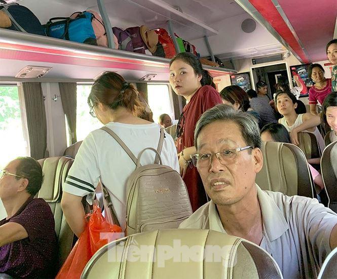 Tàu hỏa trật bánh trên đèo Hải Vân, hành khách khốn khổ vì nóng - Ảnh 2.
