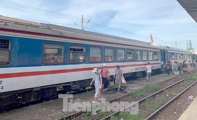 Tàu hỏa trật bánh trên đèo Hải Vân, hành khách khốn khổ vì nóng - Ảnh 3.