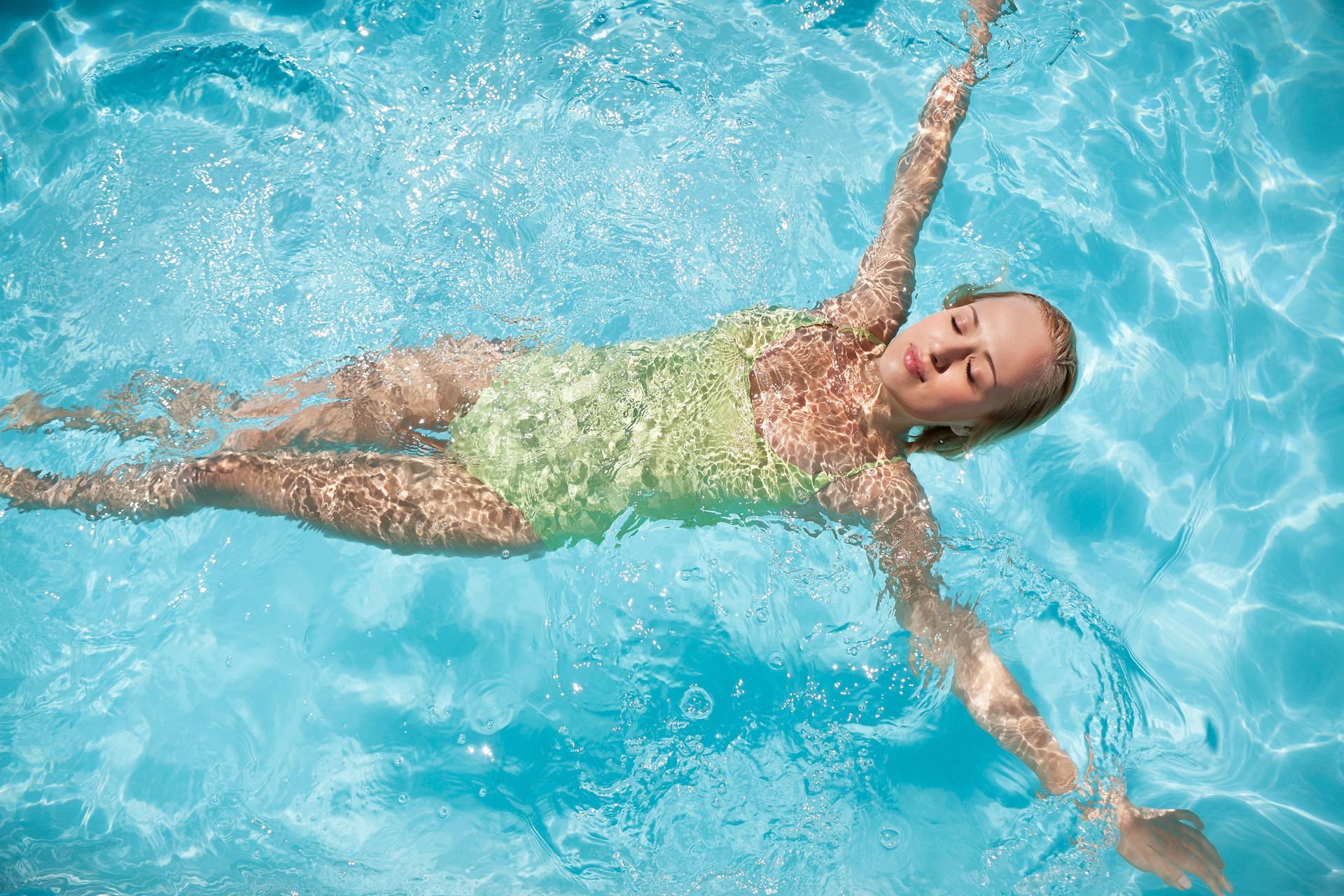 Hè đến nhớ chú ý những điều này khi đi bơi để làn da không đen nhẻm, xuống sắc - Ảnh 1.