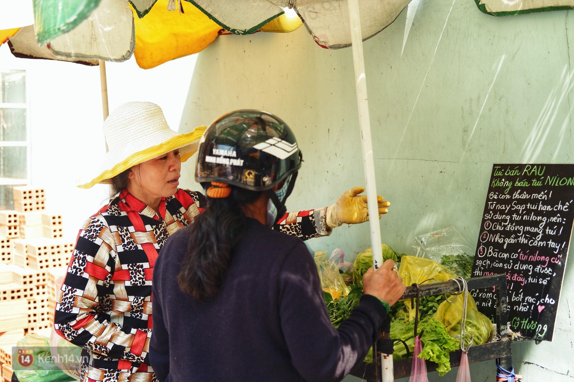 Gặp cô bán rau vui tính ở Sài Gòn với tấm bảng không bán túi nilon: Nhiều khách bảo cô làm trò xàm xí! - Ảnh 2.