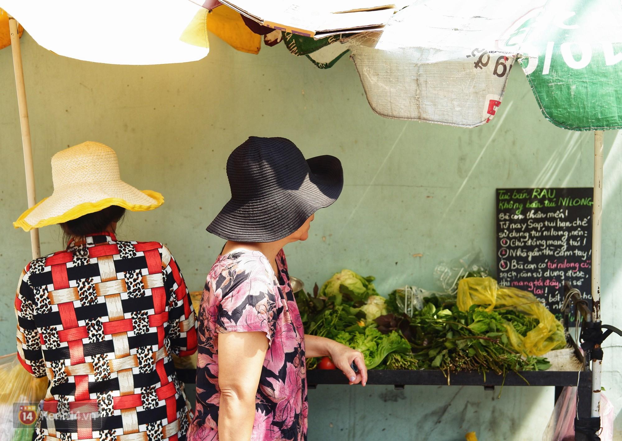 Gặp cô bán rau vui tính ở Sài Gòn với tấm bảng không bán túi nilon: Nhiều khách bảo cô làm trò xàm xí! - Ảnh 8.