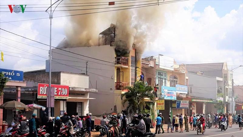 Lâm Đồng: Cháy nhà giữa khu dân cư do chập điện - Ảnh 1.