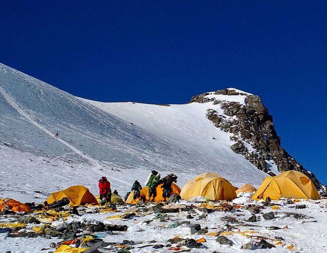 Những bức hình ám ảnh nhất trên đường chinh phục đỉnh Everest: Từ các cột mốc thi thể đến sự thật kinh hoàng hiện ra khi tuyết tan - Ảnh 5.