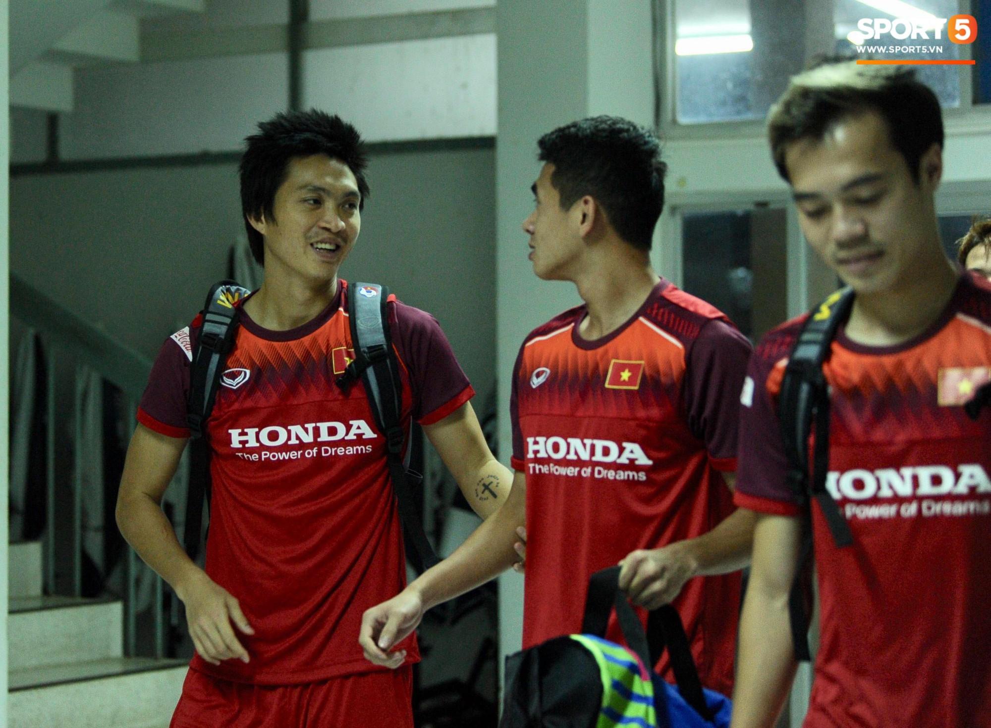 Xuân Trường trò chuyện không ngớt cùng Tuấn Anh, cặp tiền vệ tài hoa ngày nào của U19 Việt Nam chính thức tái hợp - Ảnh 1.