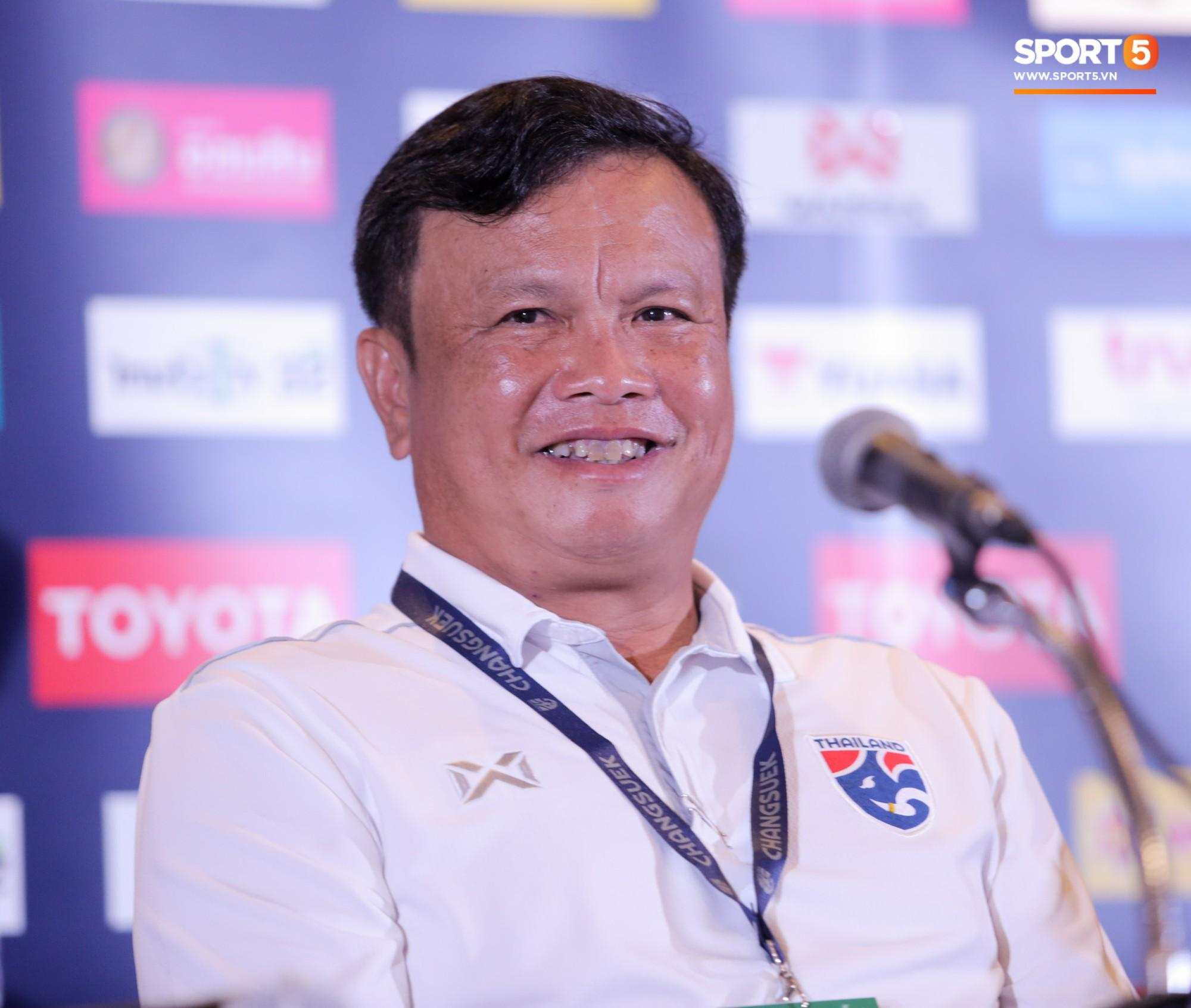HLV tuyển Thái Lan bật cười khi được hỏi đội nhà hay Việt Nam xuất sắc nhất Đông Nam Á - Ảnh 1.