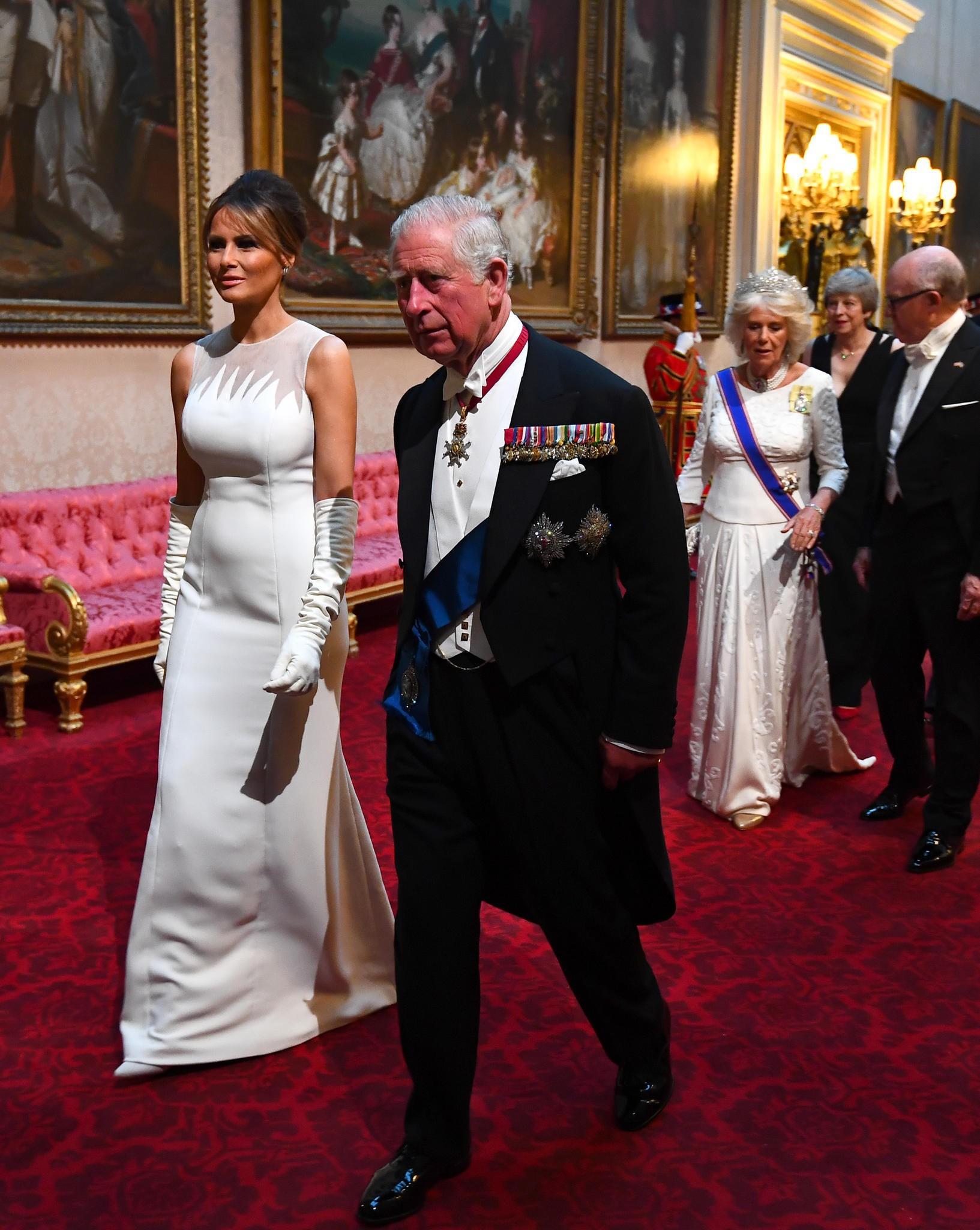 Cùng là diện đồ trắng: Bà Melania Trump được khen hết lời, Công nương Kate lại gây thất vọng - Ảnh 2.