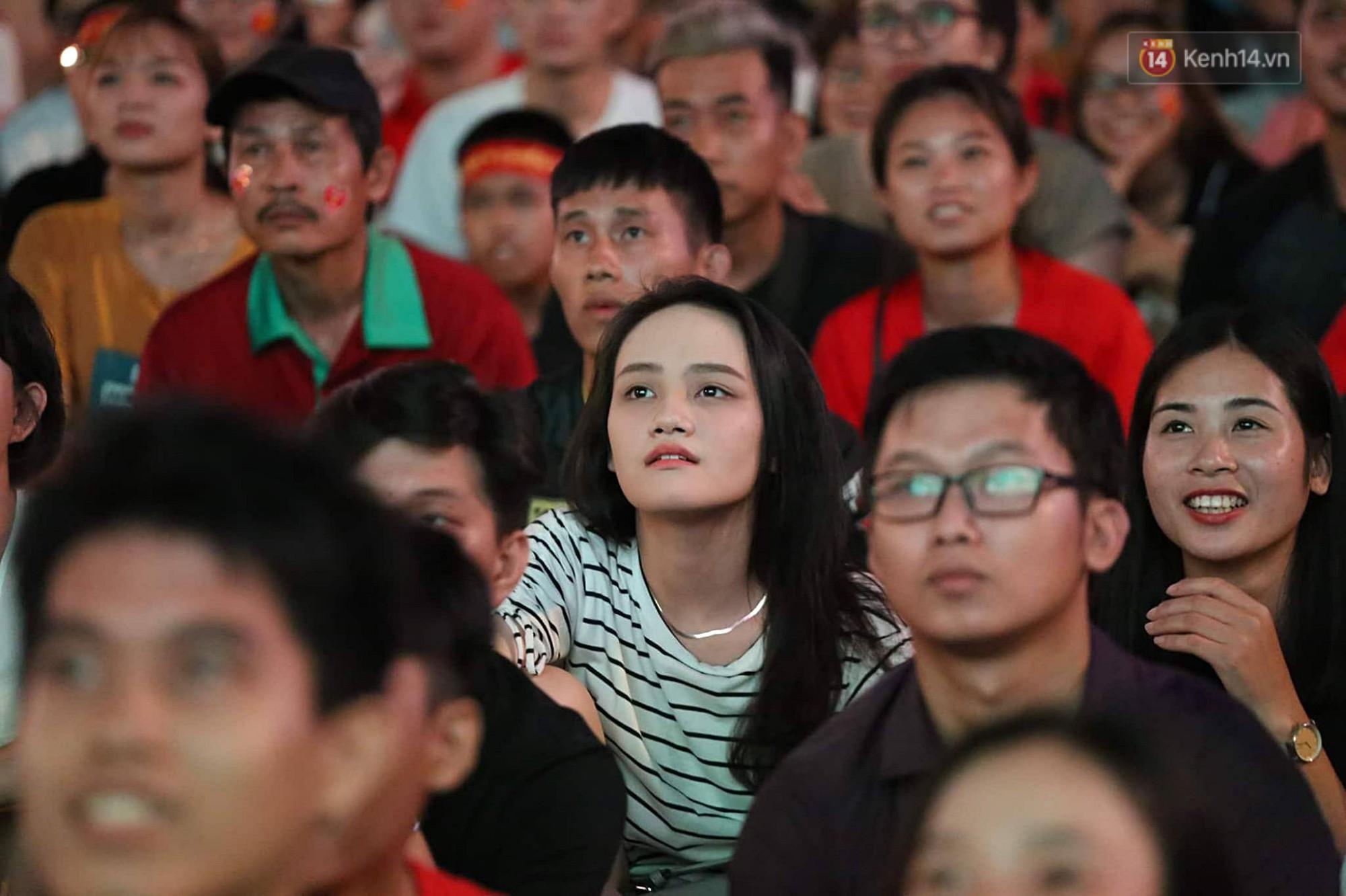 Nhìn lại chuỗi cảm xúc biến động của CĐV Việt Nam trong trận thắng ngộp thở 1-0 trước Thái Lan - Ảnh 3.