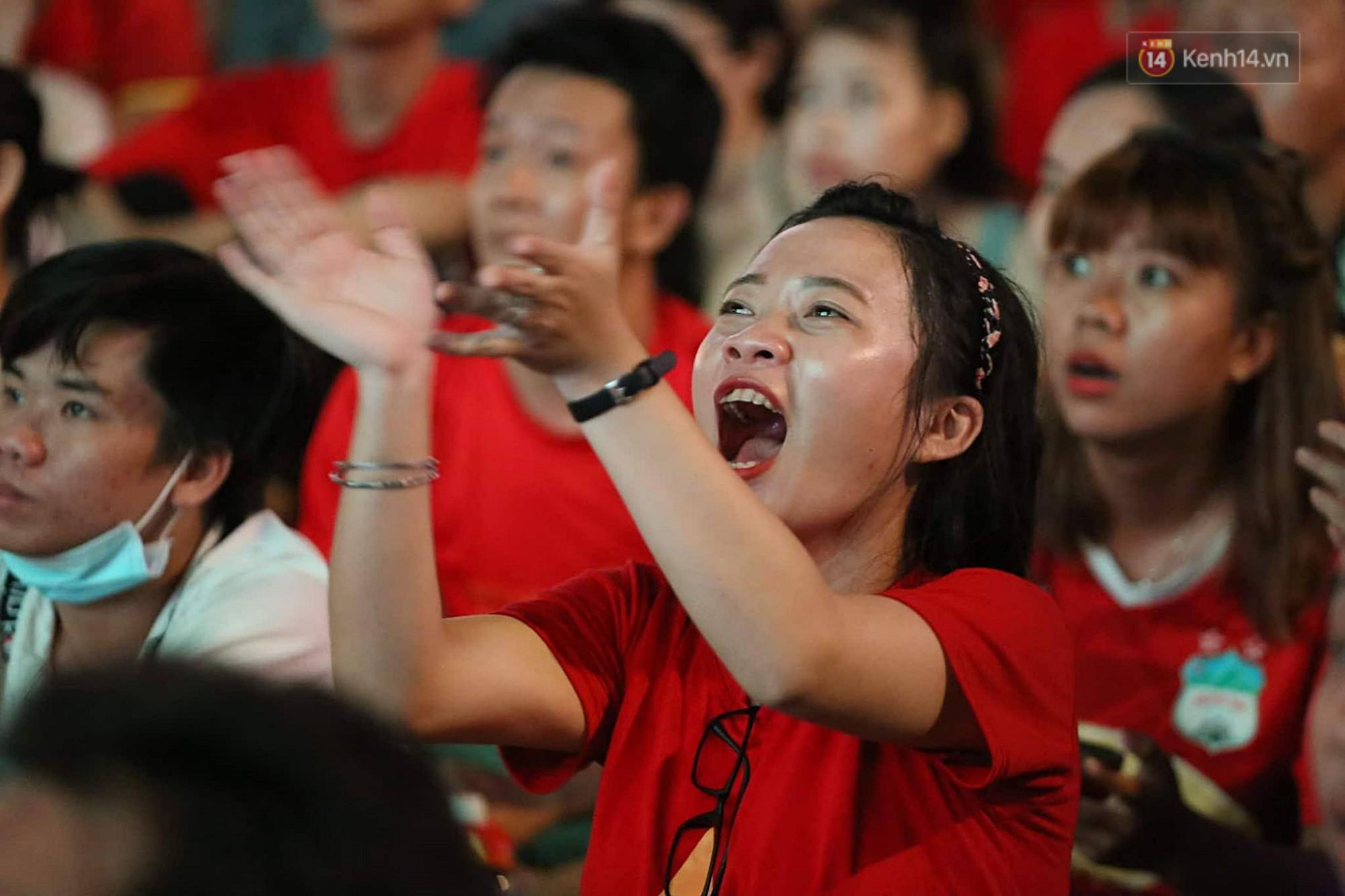 Nhìn lại chuỗi cảm xúc biến động của CĐV Việt Nam trong trận thắng ngộp thở 1-0 trước Thái Lan - Ảnh 6.