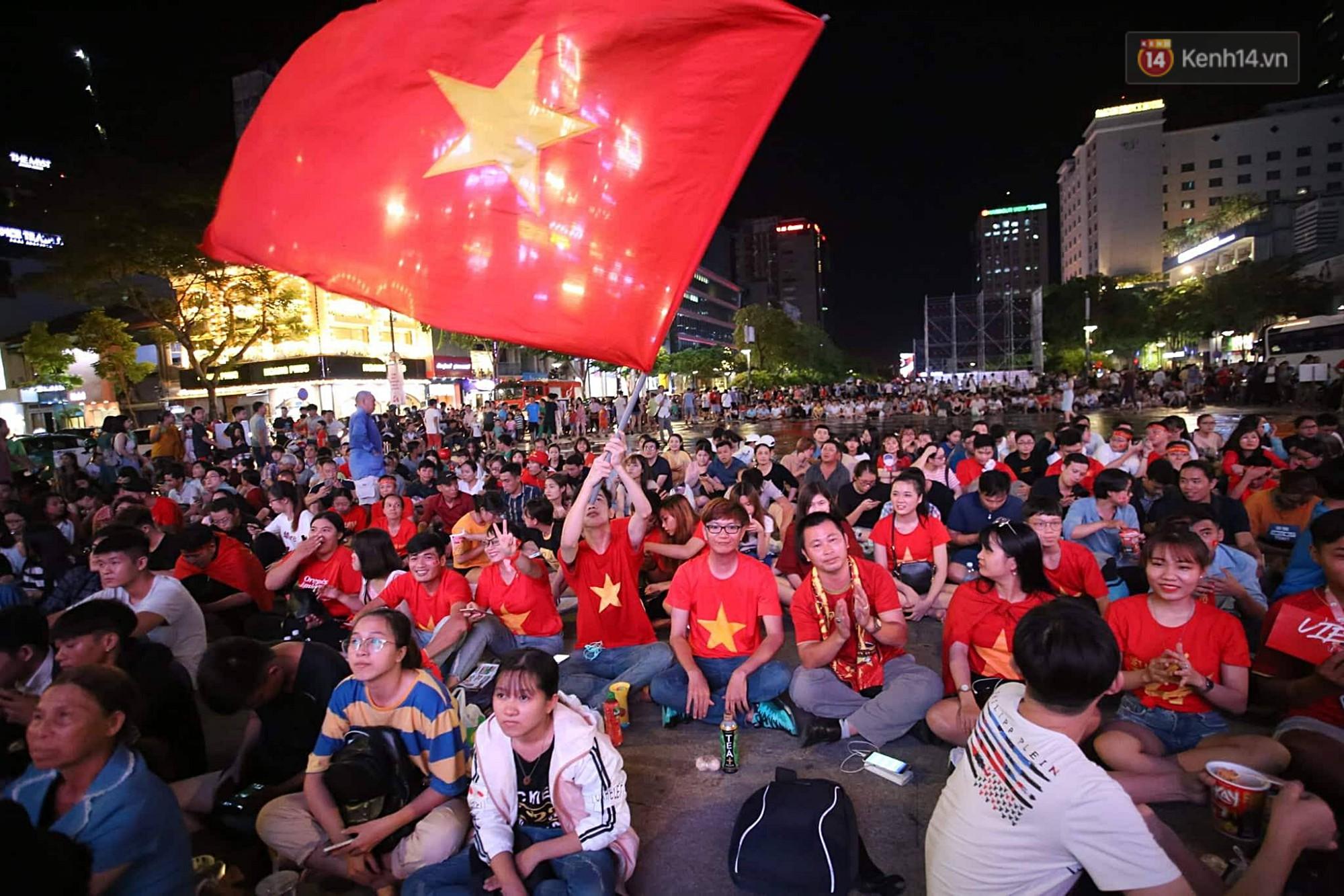 Nhìn lại chuỗi cảm xúc biến động của CĐV Việt Nam trong trận thắng ngộp thở 1-0 trước Thái Lan - Ảnh 1.