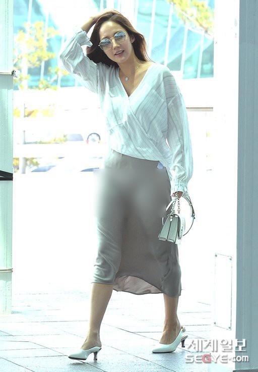 """Diện váy lụa giữa ngày gió lộng, độ duyên dáng của Park Min Young bỗng tụt xuống âm vô cùng vì điểm """"nhức mắt"""" - Ảnh 4."""