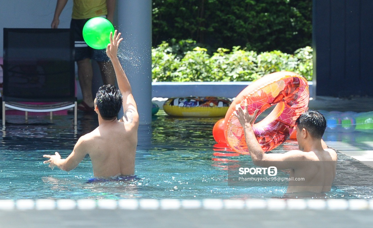 Tuyển Việt Nam thư giãn cùng thiên nga bên bể bơi sau trận thắng Thái Lan - Ảnh 9.