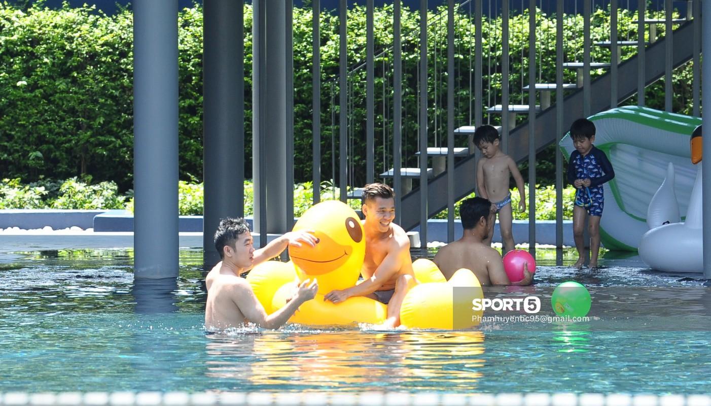 Tuyển Việt Nam thư giãn cùng thiên nga bên bể bơi sau trận thắng Thái Lan - Ảnh 8.