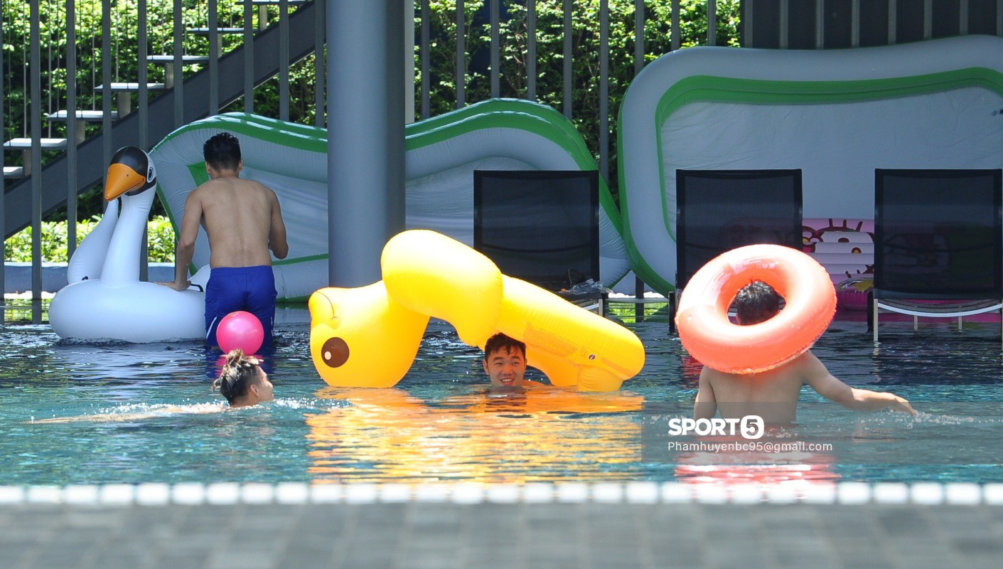 Tuyển Việt Nam thư giãn cùng thiên nga bên bể bơi sau trận thắng Thái Lan - Ảnh 6.