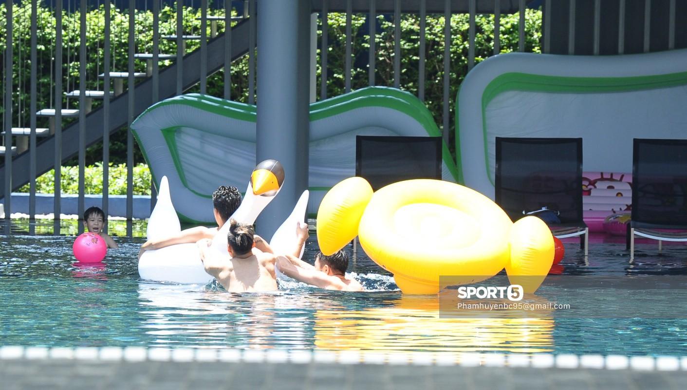 Tuyển Việt Nam thư giãn cùng thiên nga bên bể bơi sau trận thắng Thái Lan - Ảnh 4.