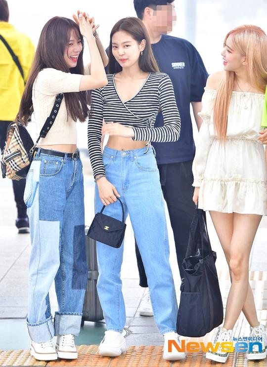 BLACKPINK lại biến sân bay thành sàn diễn: Jennie khoe body 0% mỡ thừa, Lisa kín mà vẫn lộ chân siêu dài bên Rosé - Ảnh 2.