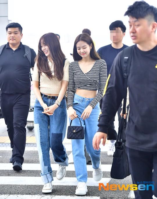 BLACKPINK lại biến sân bay thành sàn diễn: Jennie khoe body 0% mỡ thừa, Lisa kín mà vẫn lộ chân siêu dài bên Rosé - Ảnh 1.