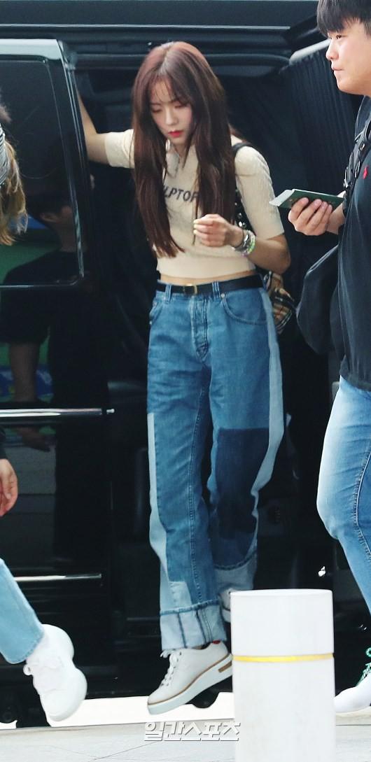 BLACKPINK lại biến sân bay thành sàn diễn: Jennie khoe body 0% mỡ thừa, Lisa kín mà vẫn lộ chân siêu dài bên Rosé - Ảnh 9.
