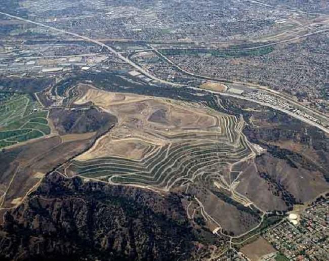 Ám ảnh những bãi rác khổng lồ chất cao như núi khắp nơi trên thế giới, có chỗ cao hơn 65 mét, rộng hơn 40 sân bóng đá - Ảnh 4.