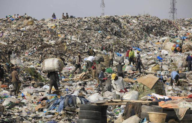 Ám ảnh những bãi rác khổng lồ chất cao như núi khắp nơi trên thế giới, có chỗ cao hơn 65 mét, rộng hơn 40 sân bóng đá - Ảnh 7.