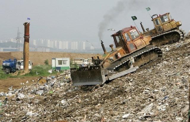 Ám ảnh những bãi rác khổng lồ chất cao như núi khắp nơi trên thế giới, có chỗ cao hơn 65 mét, rộng hơn 40 sân bóng đá - Ảnh 8.