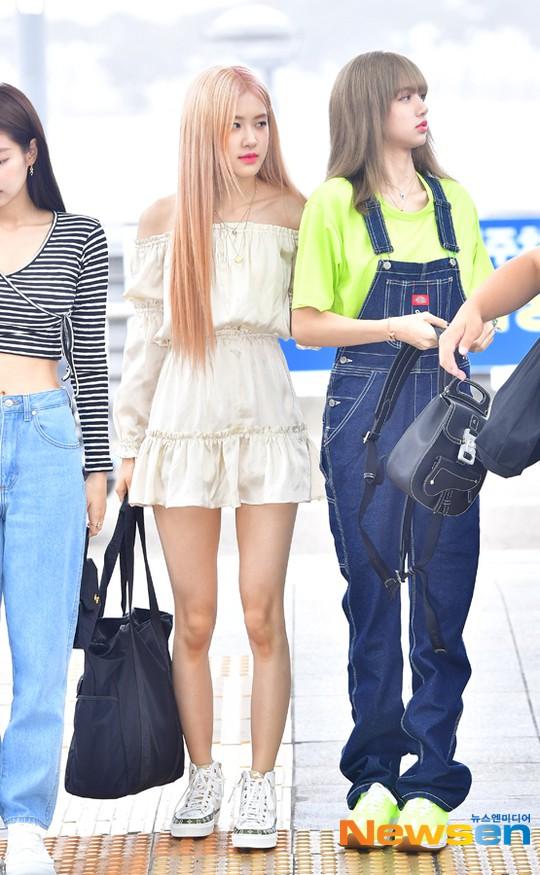 BLACKPINK lại biến sân bay thành sàn diễn: Jennie khoe body 0% mỡ thừa, Lisa kín mà vẫn lộ chân siêu dài bên Rosé - Ảnh 6.