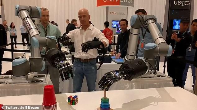 Jeff Bezos khoe cánh tay robot đủ tinh tế để chơi rubik: Tương lai ơi chúng mình đến đây! - Ảnh 2.