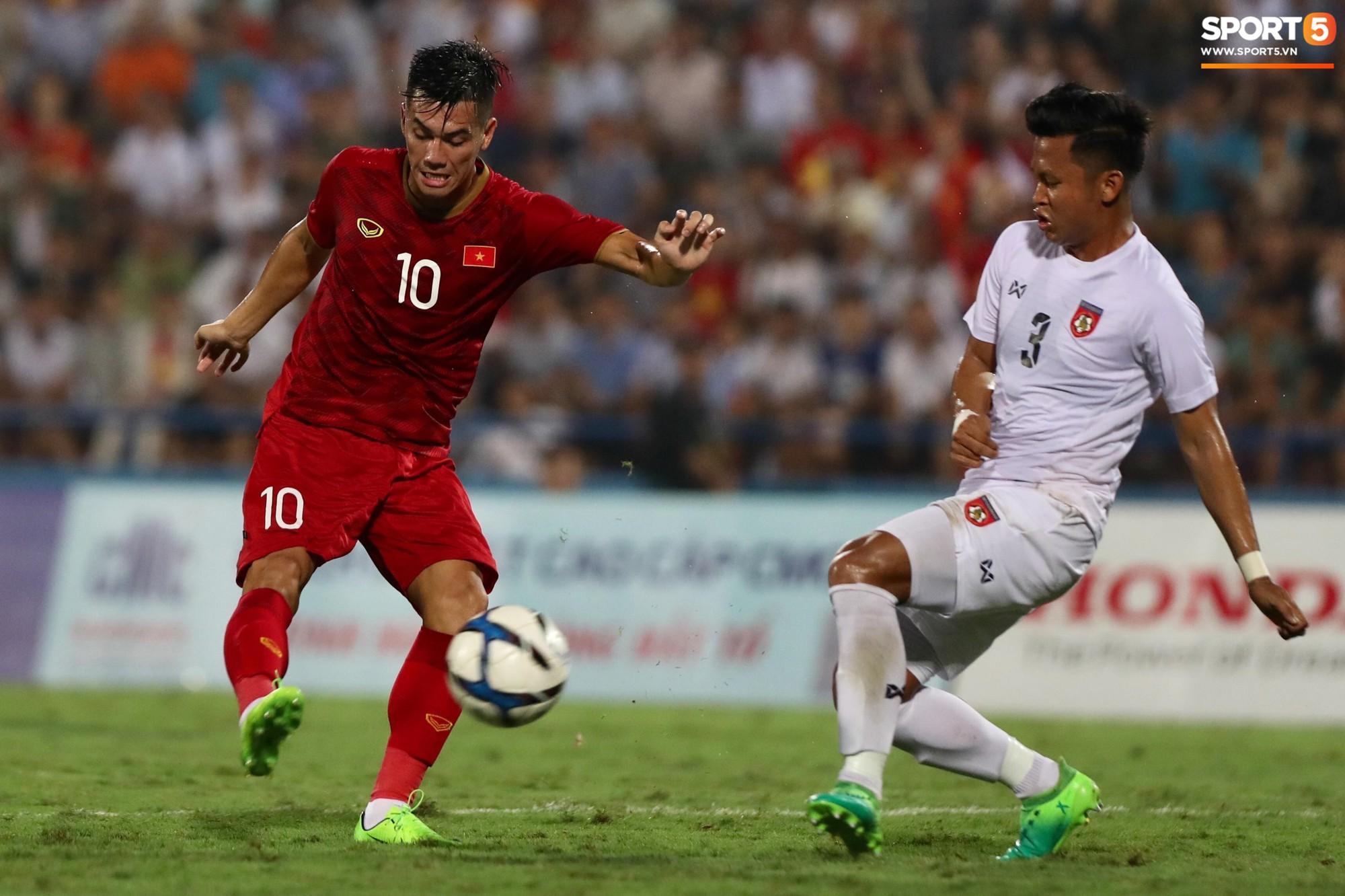Hình ảnh cảm động: U23 Việt Nam đội mưa đi khắp khán đài cảm ơn người hâm mộ sau trận thắng U23 Myanmar - Ảnh 1.