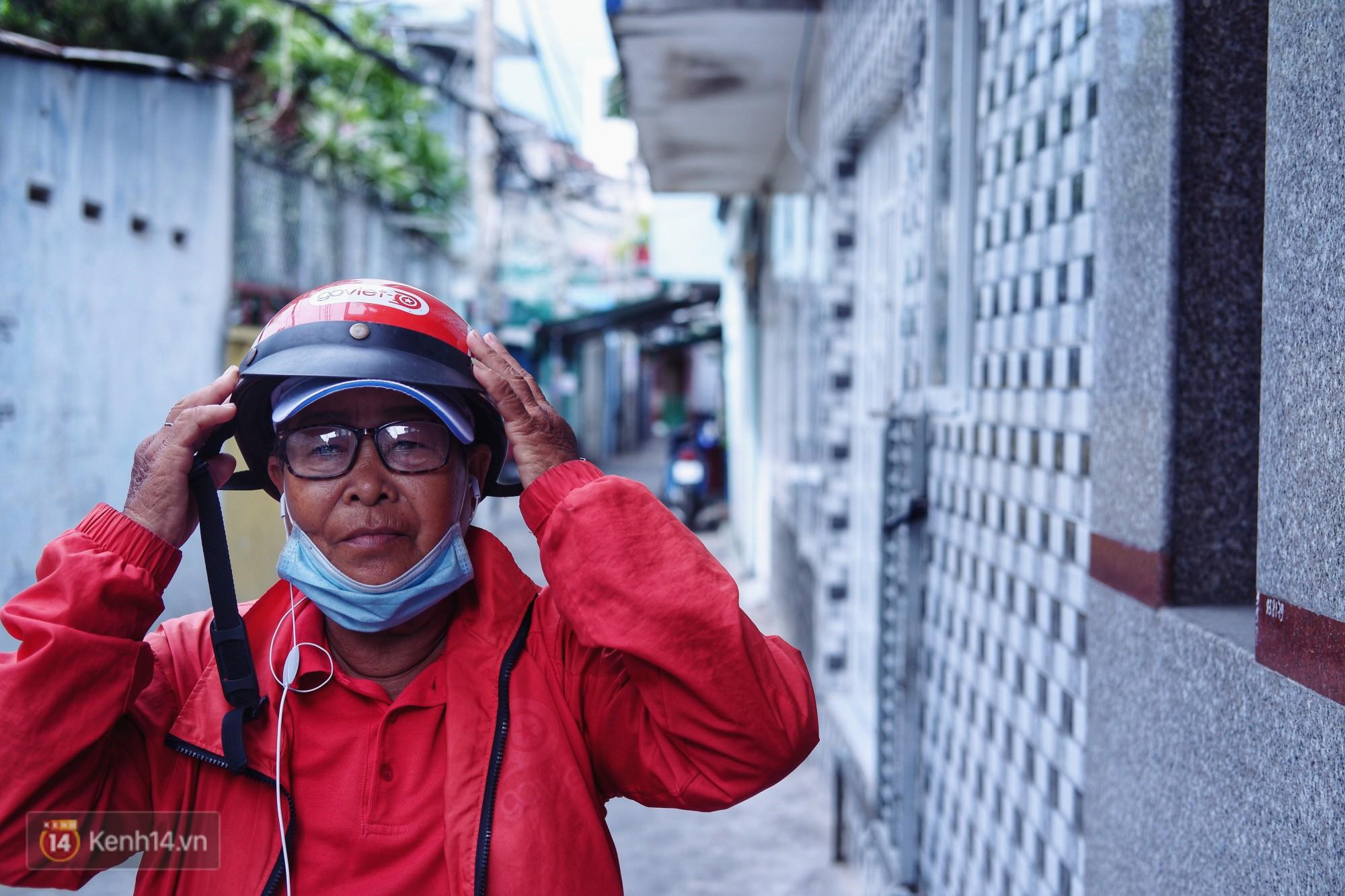Cụ bà 73 tuổi chạy xe ôm công nghệ để nuôi cháu ở Sài Gòn: Nhiều khi buồn tủi lắm, dính mưa là về bệnh nằm luôn... - Ảnh 1.