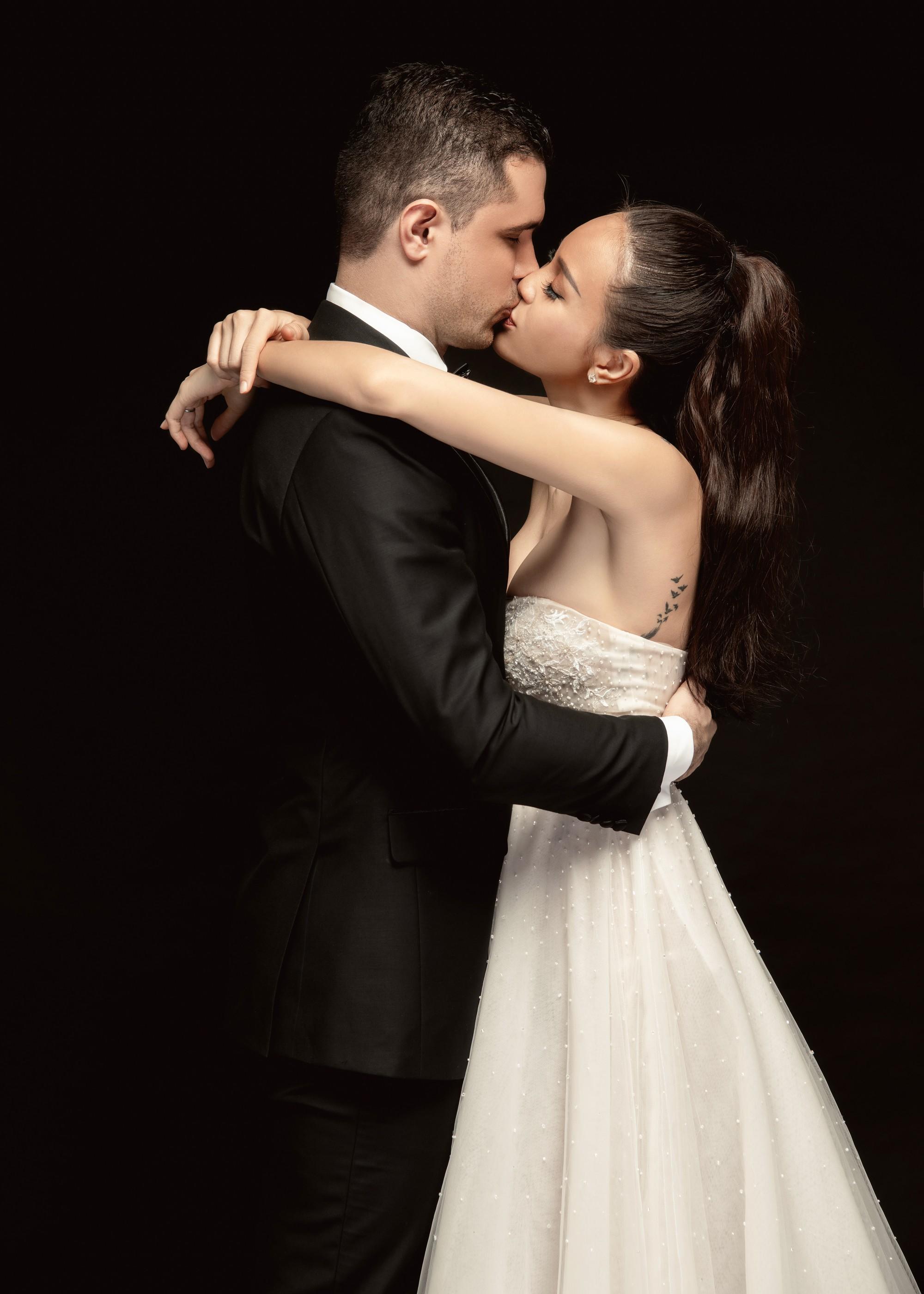 Siêu mẫu Phương Mai khoá môi ông xã Tây cực ngọt ngào trong bộ ảnh cưới trước ngày lên xe hoa - Ảnh 6.