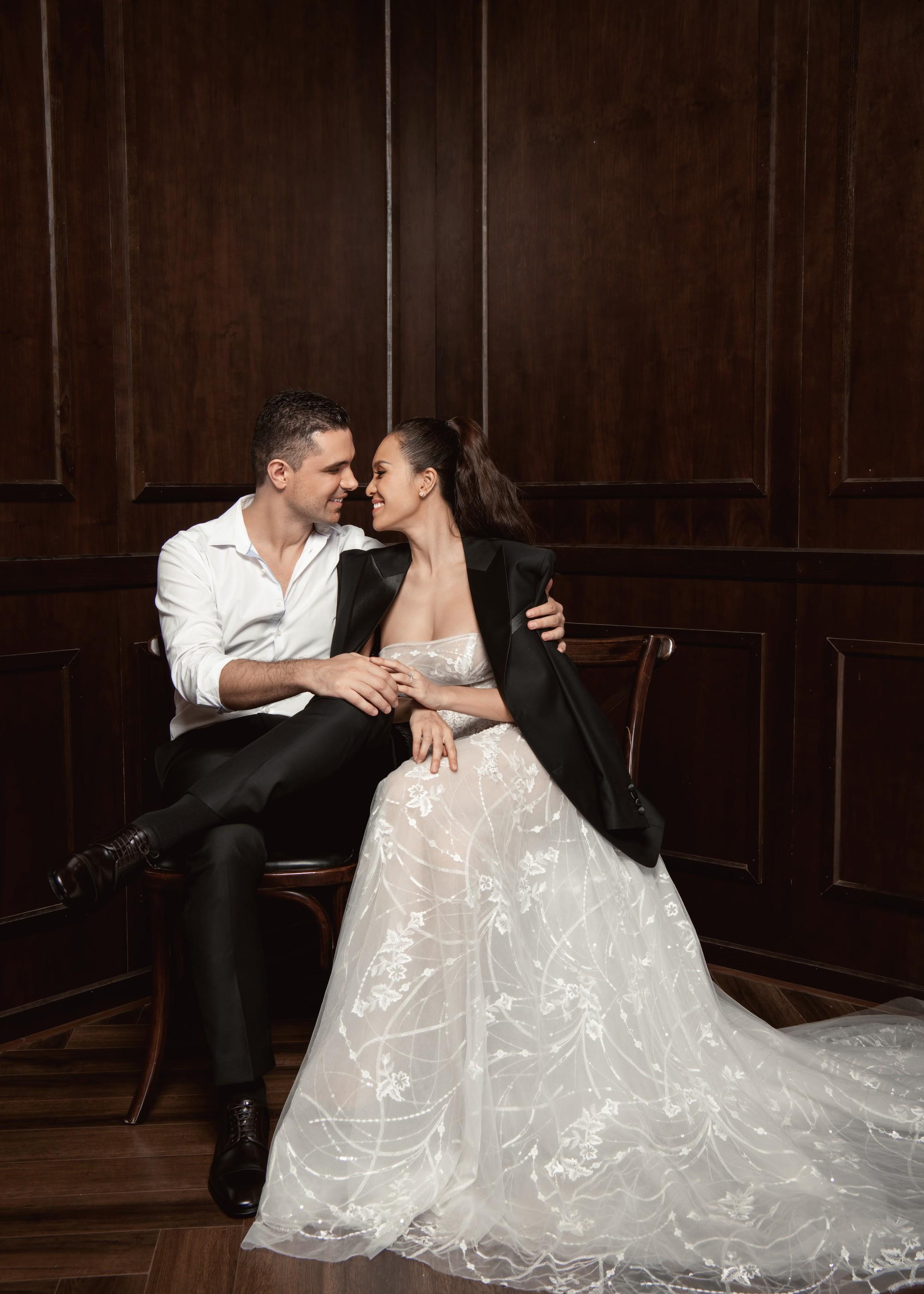 Siêu mẫu Phương Mai khoá môi ông xã Tây cực ngọt ngào trong bộ ảnh cưới trước ngày lên xe hoa - Ảnh 2.